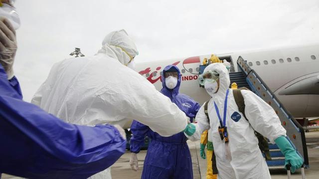 Mendarat di Batam, WNI dari Wuhan Langsung Disemprot Disinfektan