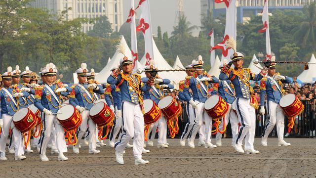 Marching Band Taruna Akmil Pukau Warga Jakarta