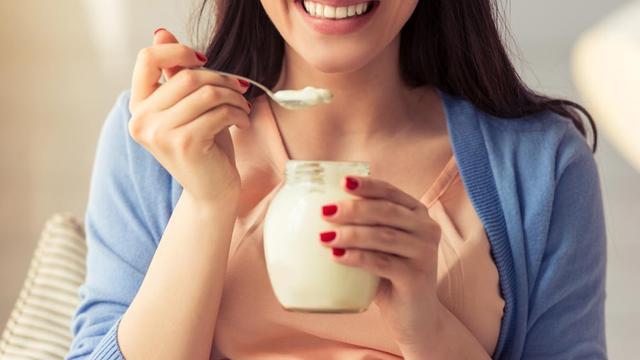Cek Manfaat Yoghurt untuk Gigi (George Rudy/Shutterstock)