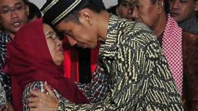 Selalu Dekat, Ini 5 Potret Kenangan Presiden Jokowi dengan Sang Ibunda
