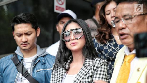 Didampingi Hotman Paris, Dewi Perssik Laporkan Keponakannya ke Polisi