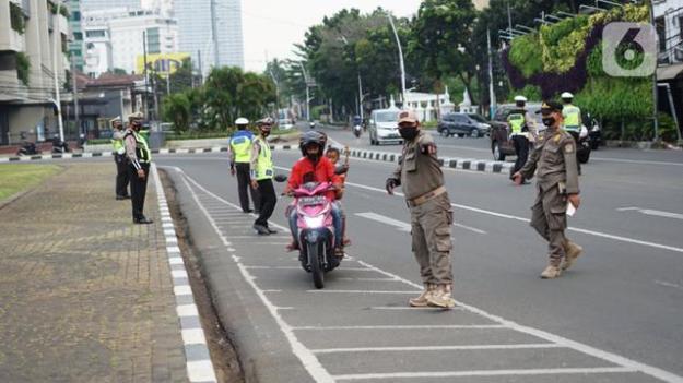 FOTO: Petugas Gabungan Gelar Operasi Yustisi di Tugu Tani