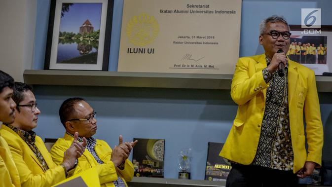 Ketum ILUNI UI Arief Budhy Hardono memberikan sambutan sebelum pernyataan sikap bersama ILUNI UI dan Mahasiswa UI, Jakarta, Rabu (24/4). ILUNI UI bersama mahasiswa UI yang diwakilkan BEM UI dan Fakultas mengajak masyarakat menunggu hasil perhitungan riil dari KPU. (Liputan6.com/Faizal Fanani)