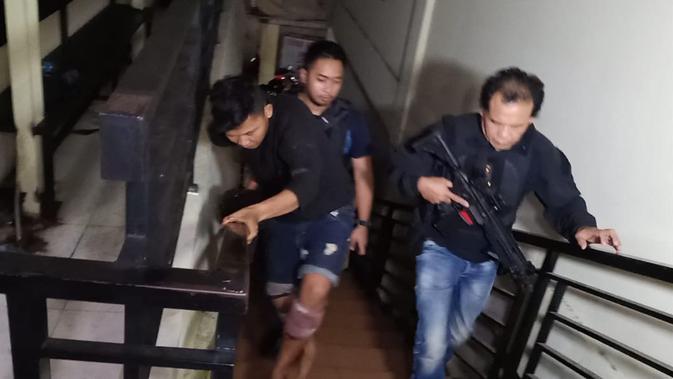 Polisi menggiring salah satu pelaku begal pengemudi ojek online di Jakarta Barat (istimewa)