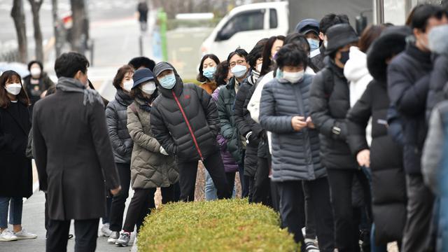 Takut Corona, Warga Seoul Antre Mengular Beli Masker