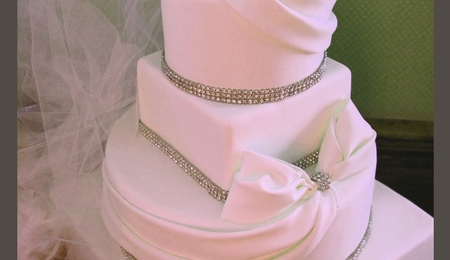 Con la pasta di zucchero avanzata potete realizzare dei decori. You Light Up My Life Wedding Cake Cakecentral Com