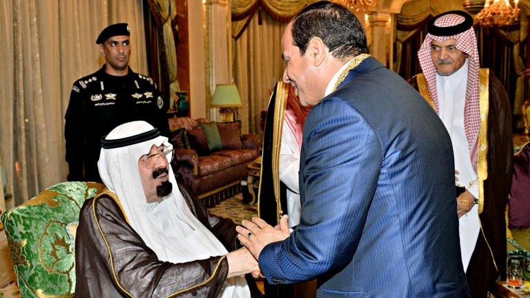 Kung Abdullah av Saudiarabien, hälsar Egyptens president Abdel-Fattah al-Sisi