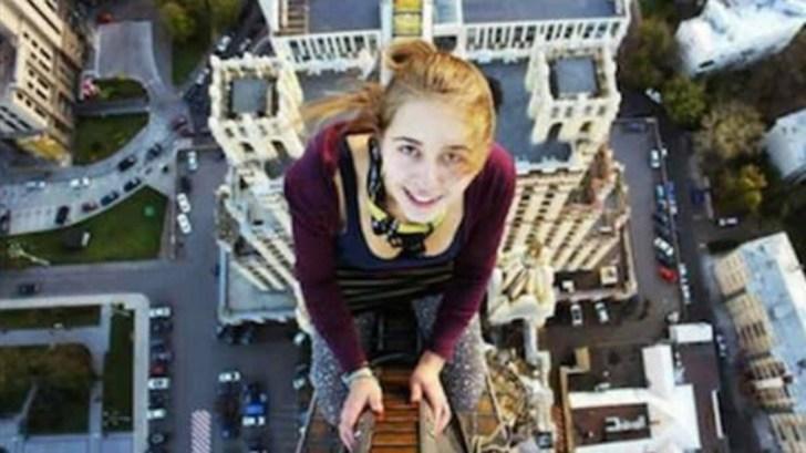 Xenia Ignatyeva, de 17 años, se tomó una selfie desde un puente para impresionar a sus amigos, pero perdió el equilibrio y se electrocutó cuando intentó agarrarse de un cable de alta tensión