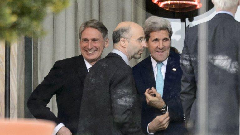 El secretario de Estado de EEUU, John Kerry, junto a su par iraní Mohammad Javad Zarif
