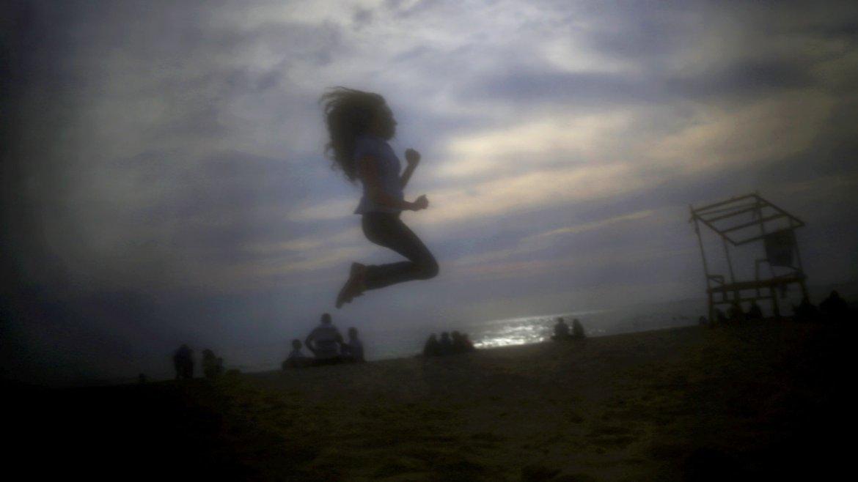 Una niña salta en la playa Ramlet Al-Bayda, en Líbano.