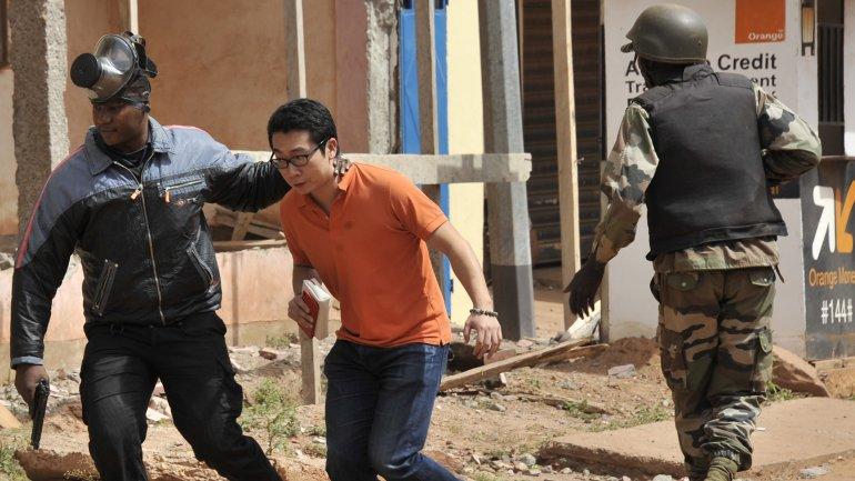 Rehenes extranjeros salen del interior del hotel Radisson de Bamako, tomado por un grupo terrorista