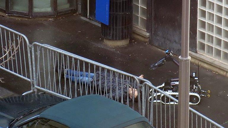 Un robot revisa el cadáver del terrorista abatido en la entrada de la comisaría