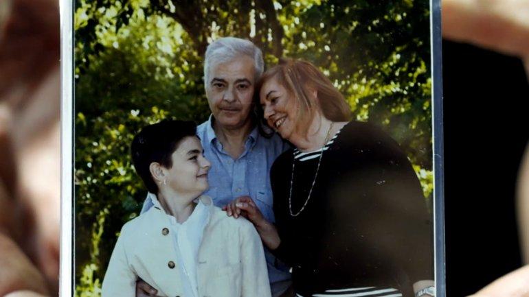 Diego junto a sus padres
