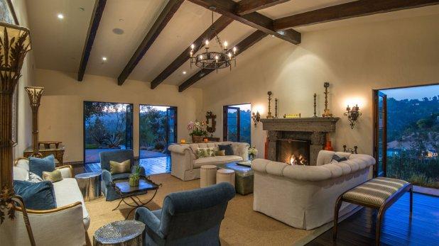 El living principal permite disfrutar del calor de la chimenea con una increíble vista