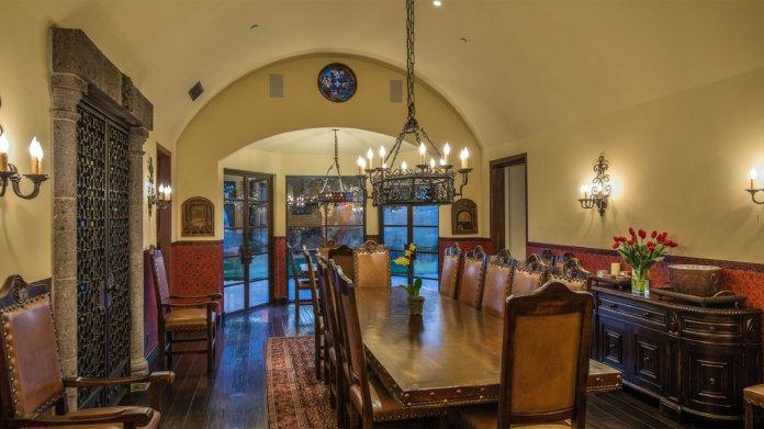 El primer nivel incluye un amplio salón con un bar