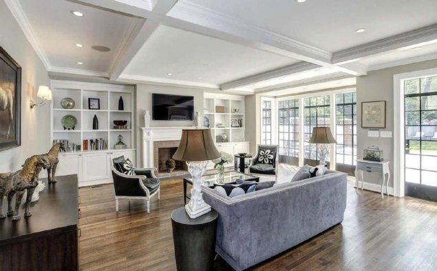 La casa fue construida en 1928. Tiene nueve habitaciones y ocho baños. Fue vendida en 2014 por 5.295.000 dólares