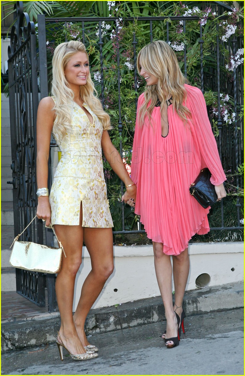 https://i1.wp.com/cdn01.cdn.justjared.com/wp-content/uploads/2007/03/paris_hilton_nicole_richie_simple_life_5/paris-hilton-nicole-richie-simple-life-5-09.jpg