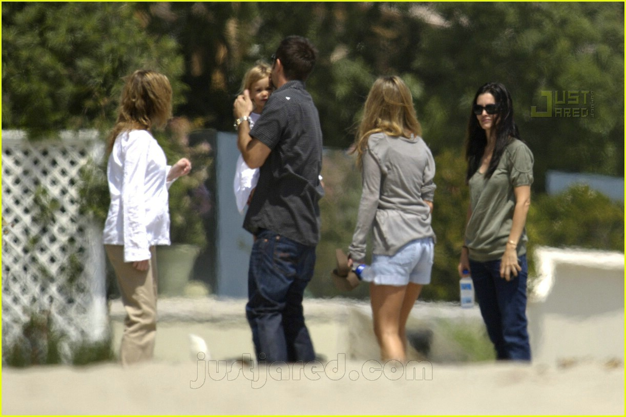Jennifer Anistons Memorial Day In Malibu Photo 197181