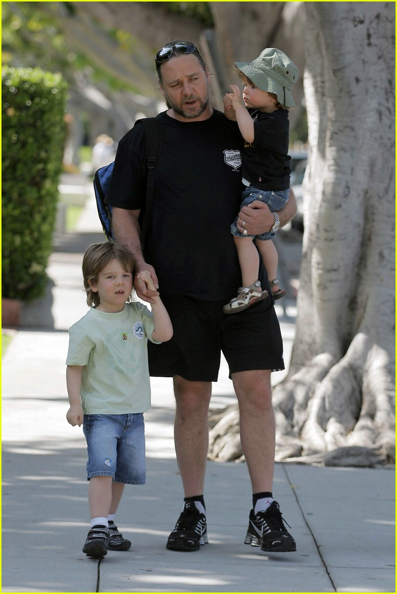 Russell Crowe Kids And Cigarettes Dont Mix Photo