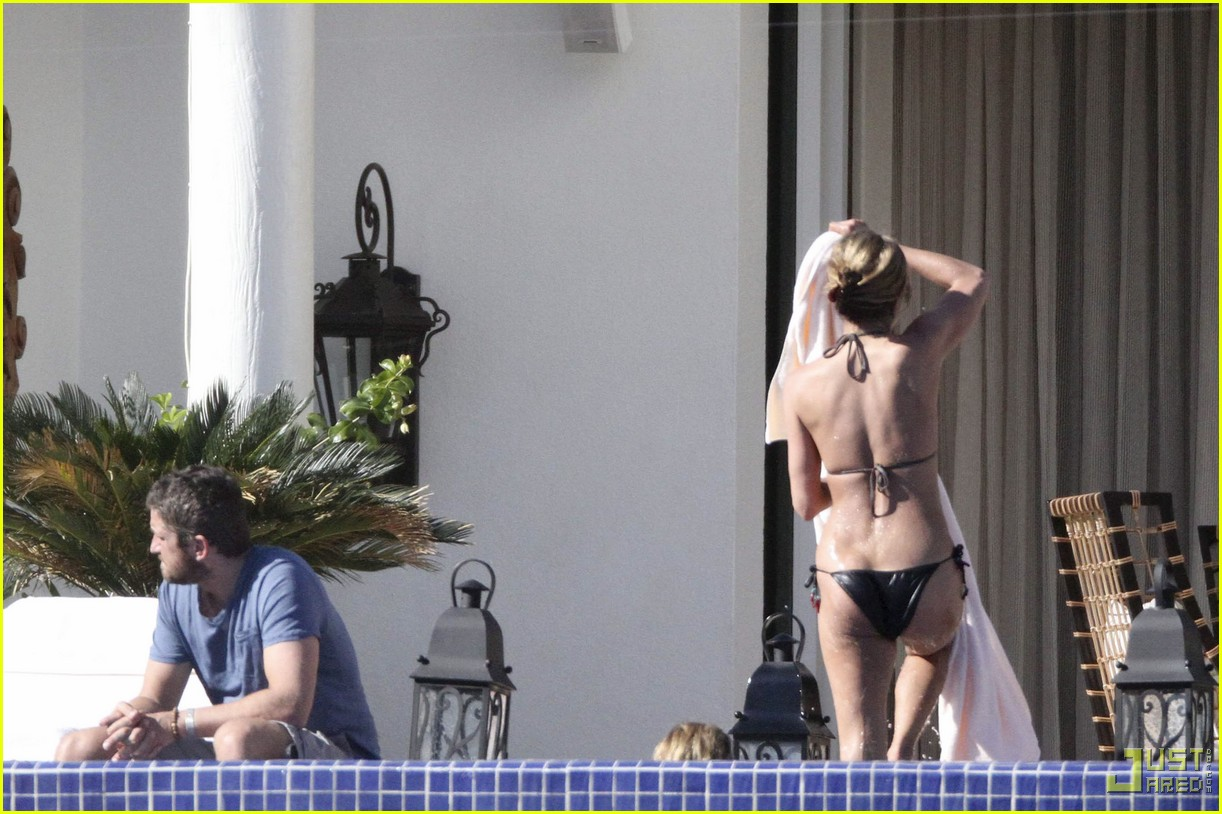 Jennifer Aniston Amp Gerard Butler Cool Off In Cabo Photo