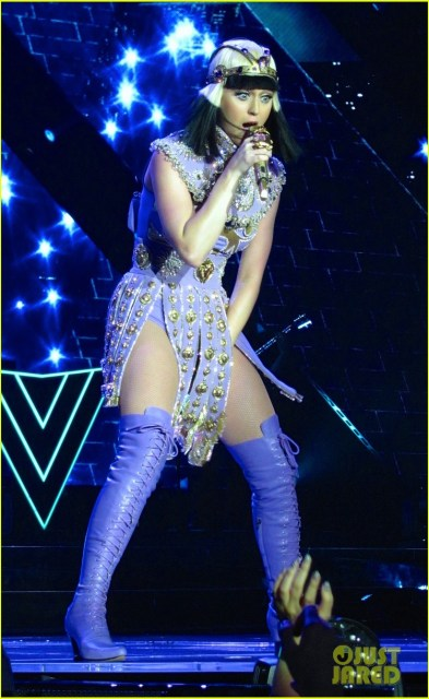 https://i1.wp.com/cdn01.cdn.justjared.com/wp-content/uploads/2014/05/perry-allcost1/see-all-of-katy-perry-crazy-prismatic-tour-costumes-here-46.jpg?resize=393%2C640