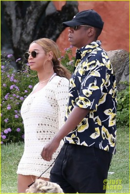 beyonce jay z hold hands boat italy 07