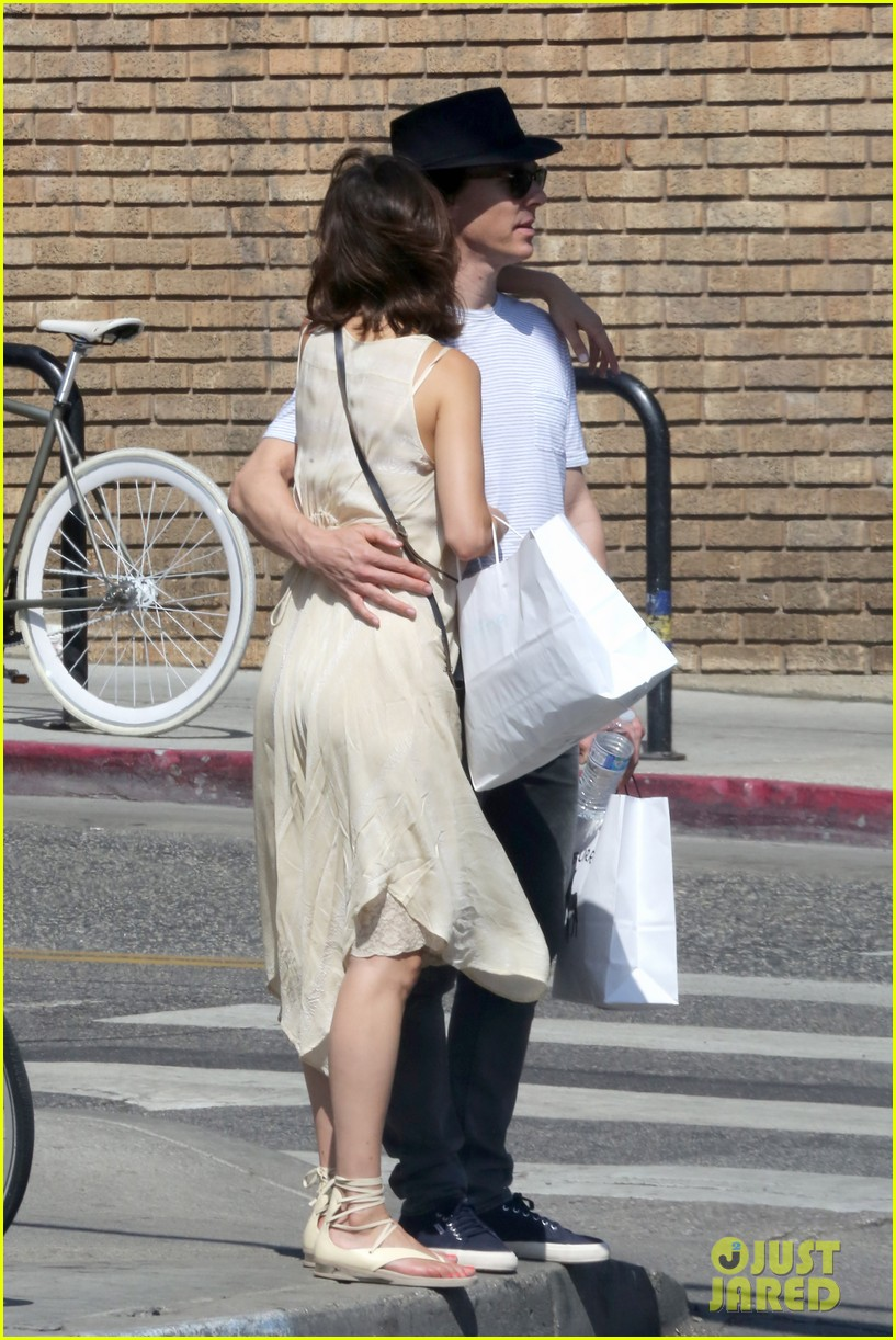 benedict cumberbatch and his wife sophie hunter go shopping in venice beach 10