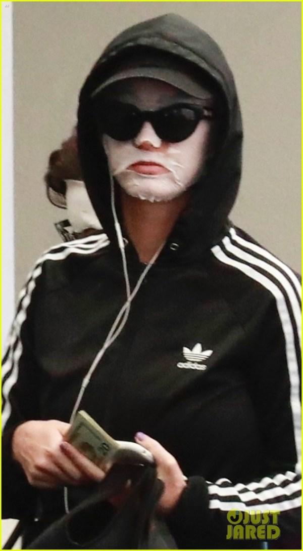 katy-perry-wears-face-mask-home-from-the-spa-01 Çfarë po ndodhë me fytyrën e Katy Perry? (FOTO)
