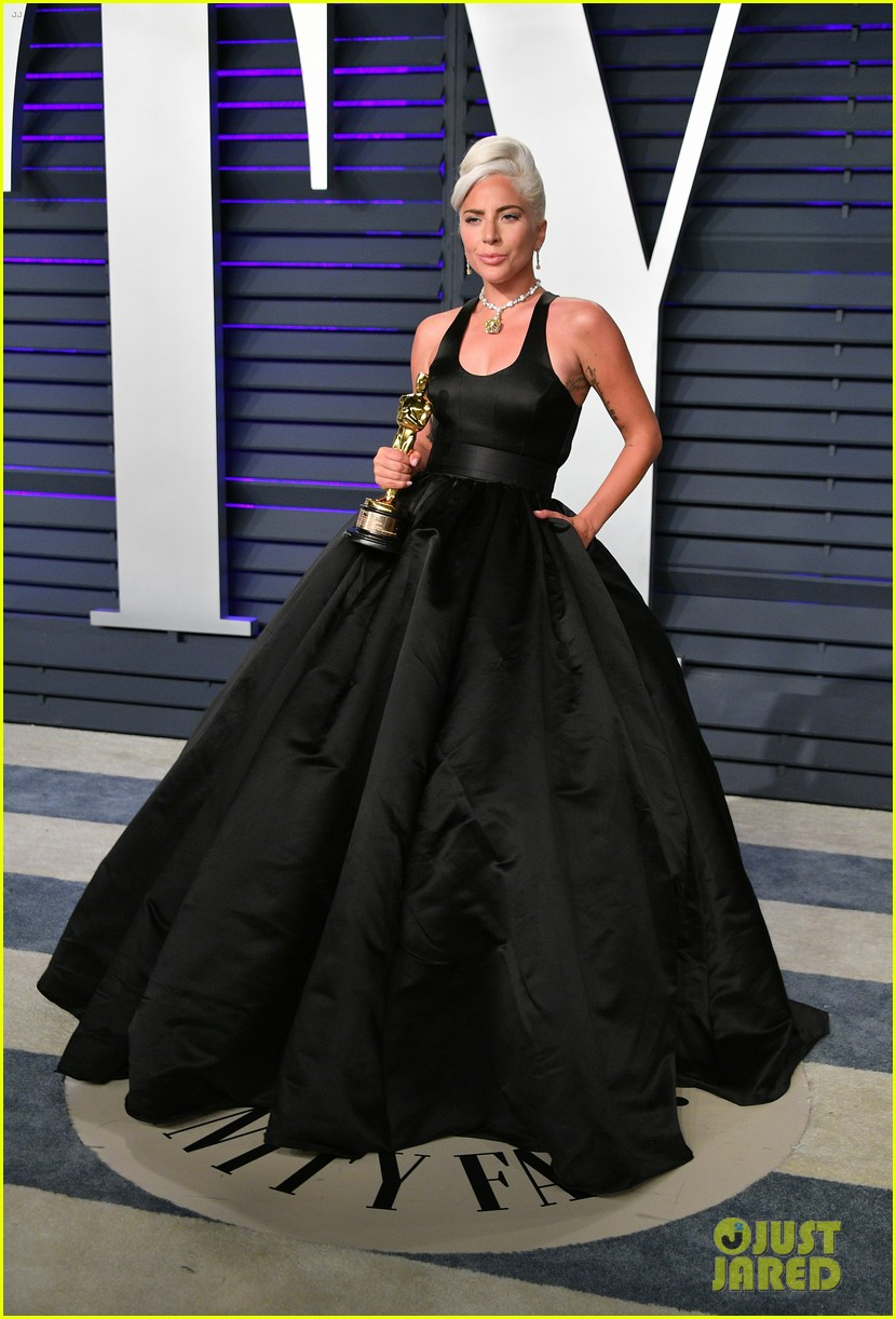 Lady Gaga Kisses Her Oscar Statue At Vanity Fair Oscars