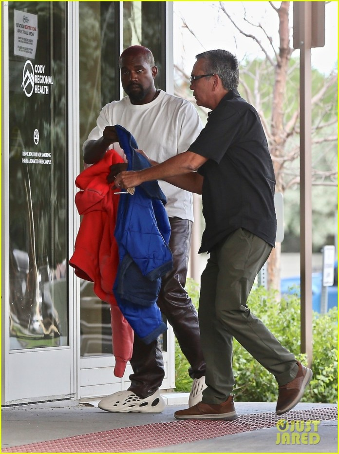 Kanye West hace un viaje rápido al hospital en Wyoming 074471906