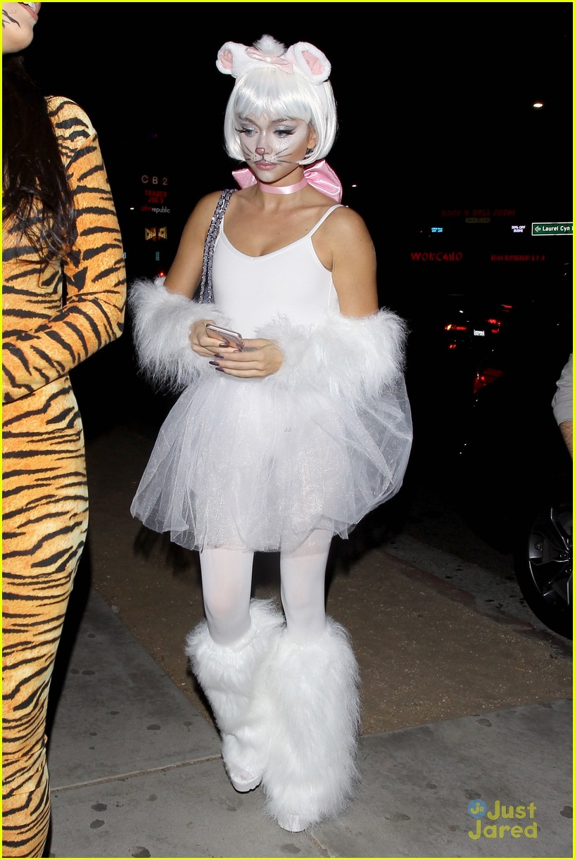 Sarah Hyland Has The Cutest Aristocats Costumer Ever For
