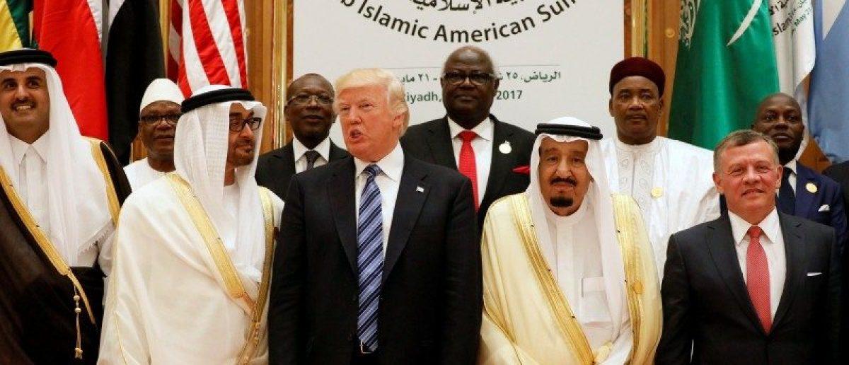 DOSSIER DE PHOTO: (Front RL) Le roi de Jordanie Abdullah II, le roi saoudien Salman bin Abdulaziz Al Saud, le président américain Donald Trump, le prince héritier d'Abou Dhabi, Cheikh Mohammed bin Zayed al-Nahyan et l'émir du Qatar Tamim bin Hamad Al-Thani posent pour une photo lors du sommet arabo-islamo-américain à Riyadh, en Arabie Saoudite, le 21 mai 2017. REUTERS / Jonathan Ernst / File Photo