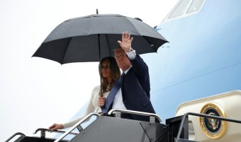 U.S. President Donald and first lady Melania Trump step from Air Force One upon their arrival in Newark, New Jersey, U.S. to spend the weekend in Bedminster July 14, 2017. REUTERS/Kevin Lamarque - RTX3BIMH