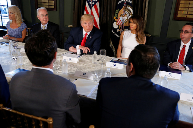 U.S. President Donald Trump (C) with first lady Melania Trump (R) meets with Secretary of Health and Human Services (HHS) Tom Price (L) to discuss opioid addiction during a briefing at Trump's golf estate in Bedminster, New Jersey, U.S., August 8, 2017. REUTERS/Jonathan Ernst - RTS1AXLC