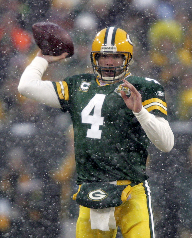 Green Bay Packers quarterback Brett Farve passes in the first quarter against Seattle Seahawks during their NFC Divisional NFL playoff football game in Green Bay, Wisconsin, January 12, 2008. REUTERS/Allen Fredrickson (UNITED STATES) - GM1DXAJBHXAA