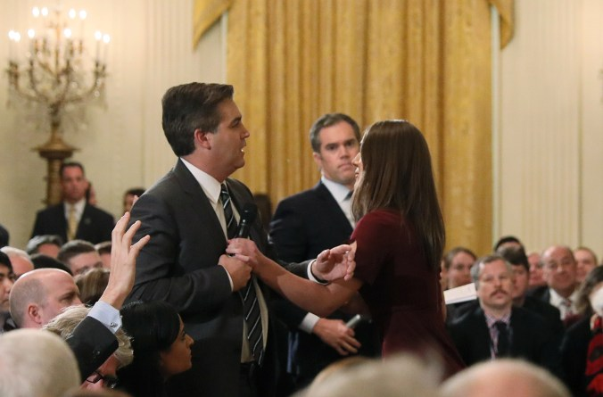 A White House intern reaches for and tries to take away the microphone held by CNN correspondent Jim Acosta as he questions U.S. President Donald Trump during a news conference at the White House in Washington, U.S., November 7, 2018. Picture taken November 7, 2018. (REUTERS/Jonathan Ernst)