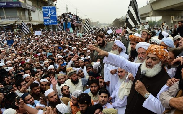 Head of Pakistan's religious hardline party Jamiat Ulema Islam (JUI) Maulana Fazalur Rehman (R) speaks to supporters during a protest rally following the Supreme Court's decision to acquit Pakistani Christian woman Asia Bibi of blasphemy, in Peshawar on November 2, 2018. - Pakistan's powerful military warned on November 2 its patience had been thoroughly tested after being threatened by Islamist hardliners enraged by the acquittal of a Christian woman for blasphemy, as the country braced for more mass protests. (Photo by ABDUL MAJEED / AFP)