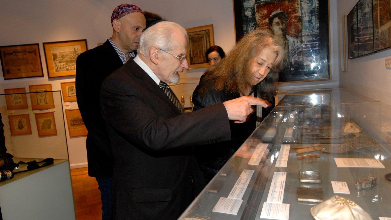 Antes de recibir el galardón, la magistral pianista recorrió el Museo Judío de Buenos Aires que se encuentra dentro del Templo y cuyo objetivo es divulgar la cultura judía a lo largo del país