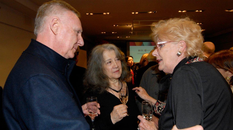 Luego de recibir el Premio Barón Hirsch, los invitados disfrutaron de un cóctel y brindaron junto a ella