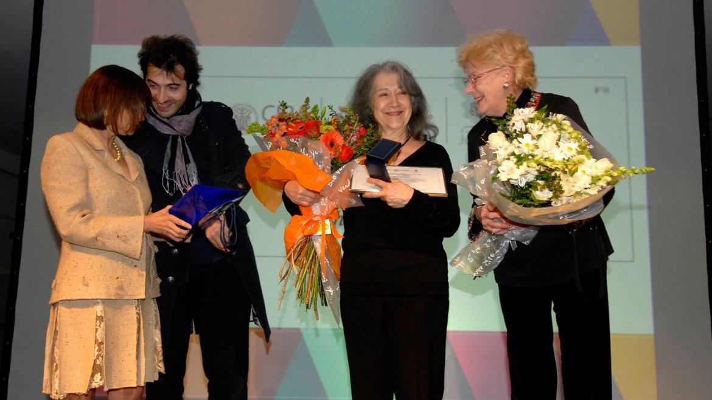 Feliz por haber encontrado entre los invitados a una amiga de la infancia, Argerich la invitó a subir al escenario. Ambas recibieron flores