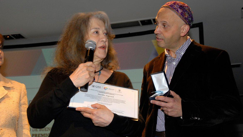 La pianista recibió el premio en reconocimiento a su trayectoria musical, a través de la cual proyectó al mundo una identidad argentina que celebra la diversidad, según se lee en el pergamino