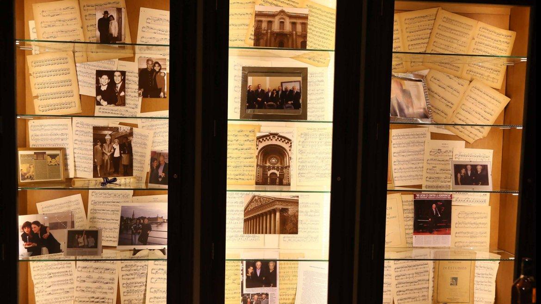 Incluso, se utilizaron partituras y fotos del gran maestro en distintos momentos de su carrera