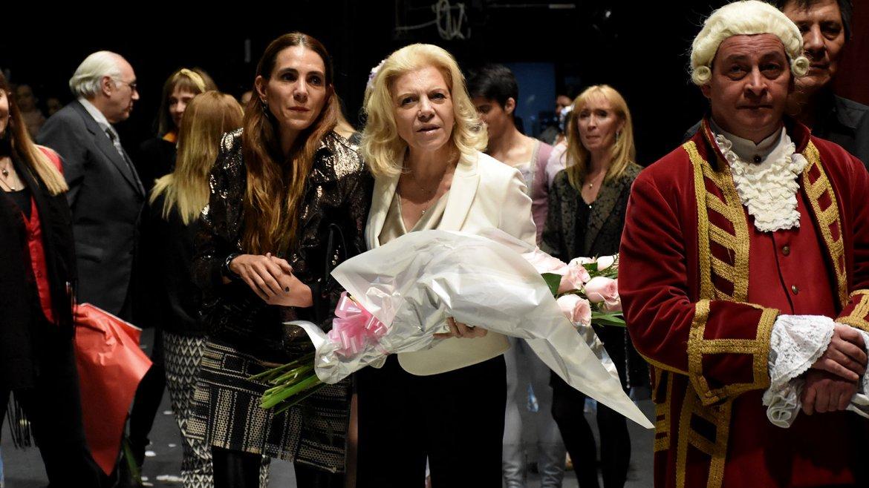 Marisa madre y Marisa hija esperan la ola de felicitaciones para entregarle el ramo de flores a la estrella de la noche