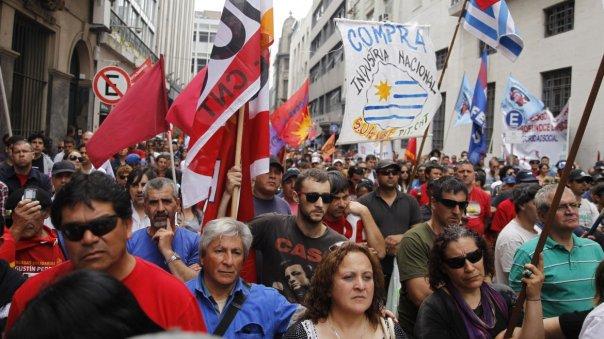 Manifestantes sindicales participan en una marcha convocada por el PIT-CNT, la principal central sindical de Uruguay
