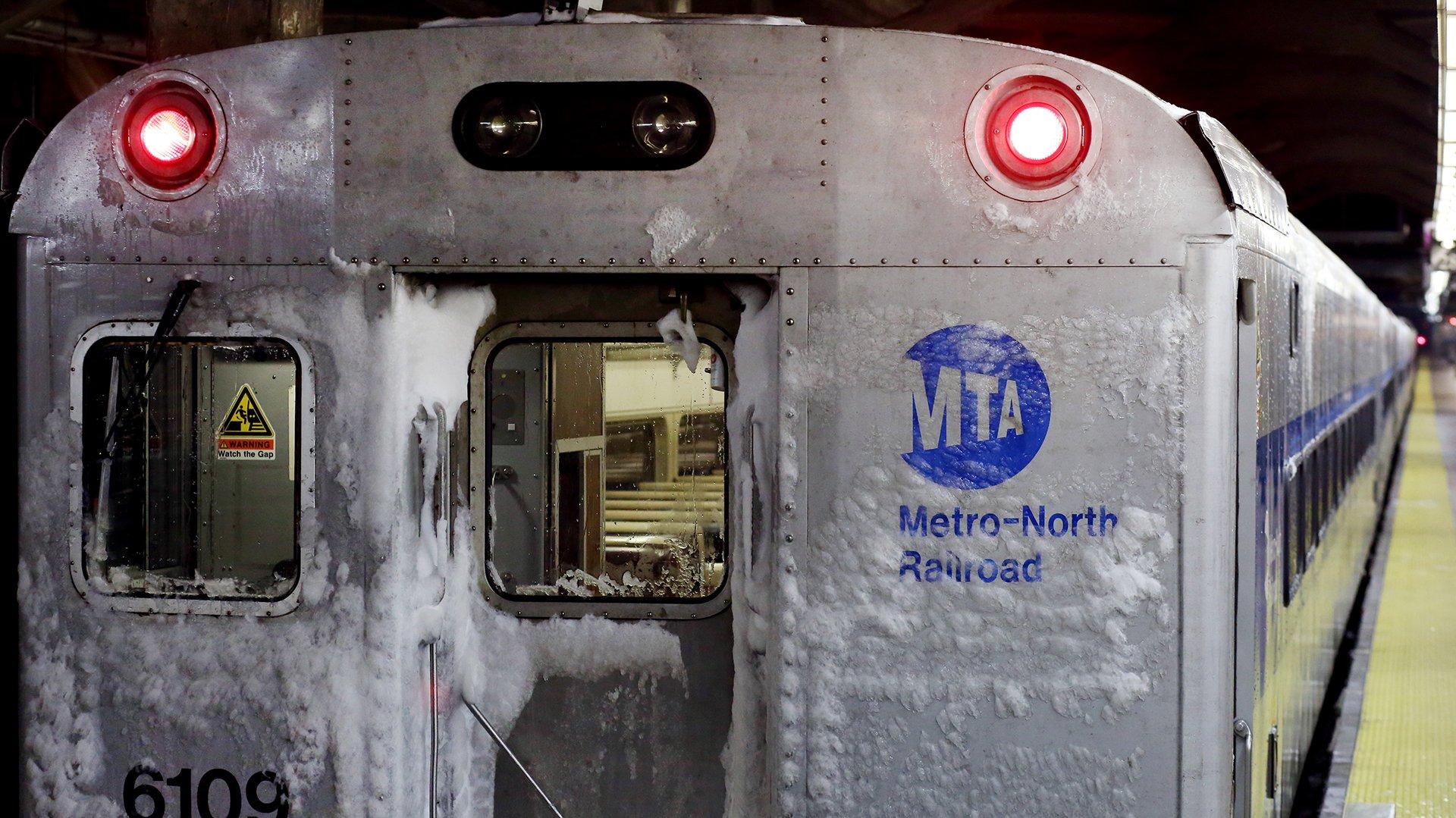 Un tren de la linea Metro-North, cubierto de nieve, se ve en la estación Grand Central