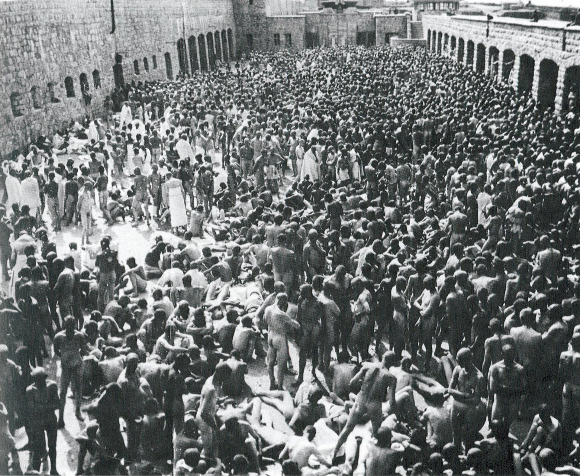 Presos de Mauthausen esperan desnudos en el patio del campo de concentración durante una desinfección masiva en junio de 1941.