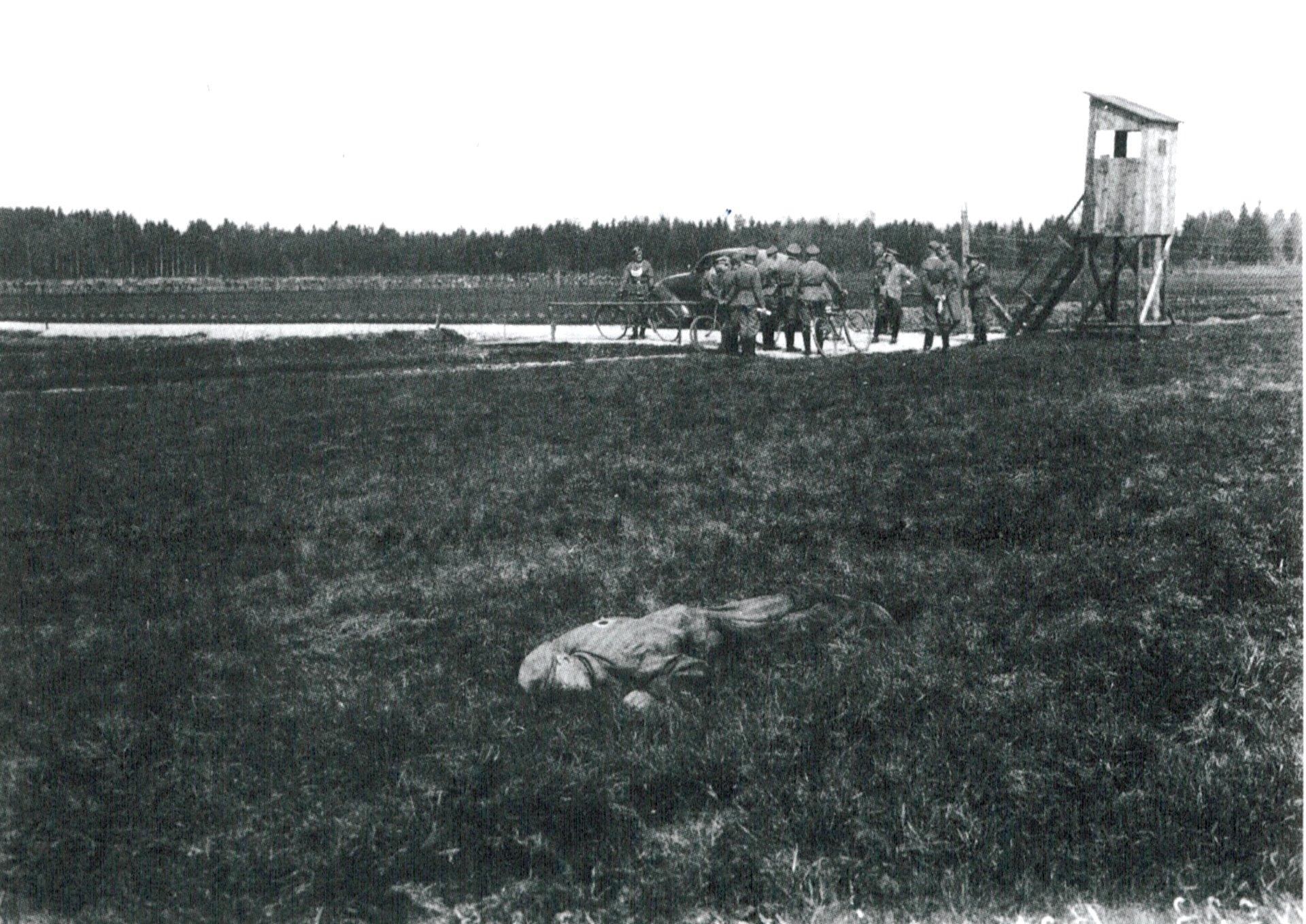 Miembros de la SS de Dachau reunidos cerca del cadaver de Abraham Borenstein, uno de los presos judíos abatido mientras trataba de fugarse. Mayo de 1941