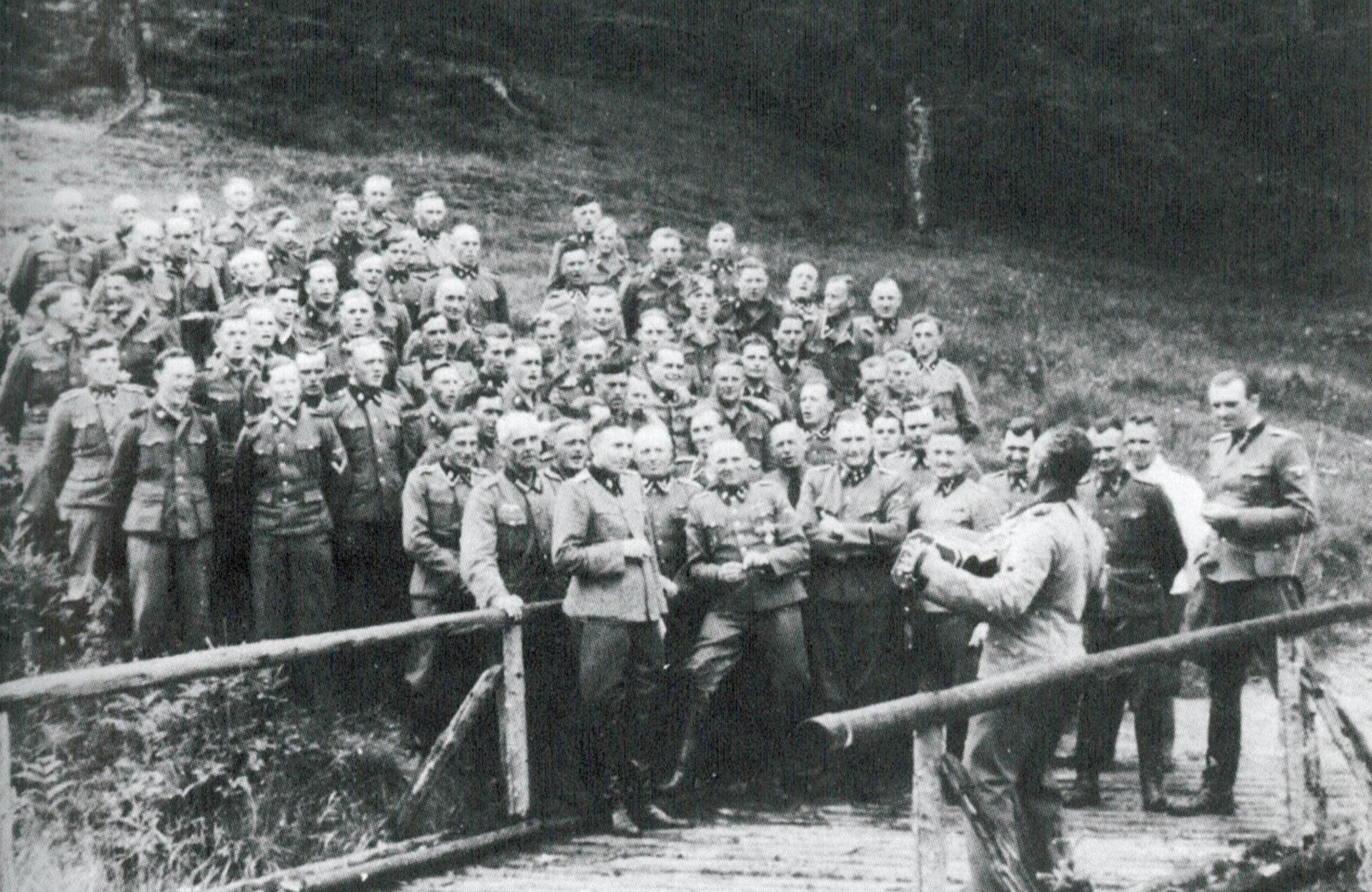 Rudolf Höß y otros miembros de la SS se divierten en el verano de 1944, Auschwitz