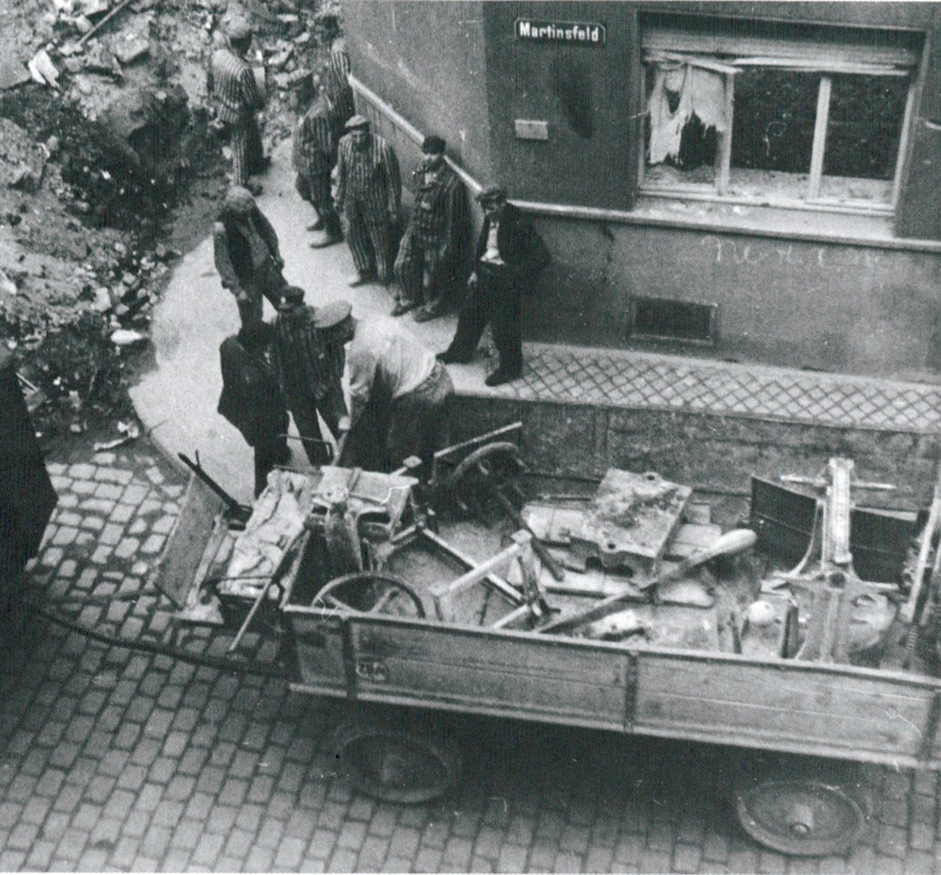 Fotografía clandestina tomada por un civil alemán desde la ventana de su cocina de Colonia, octubre de 1943. Los prisioneros estaban destinados a limpiar las zonas dañadas por las bombas.