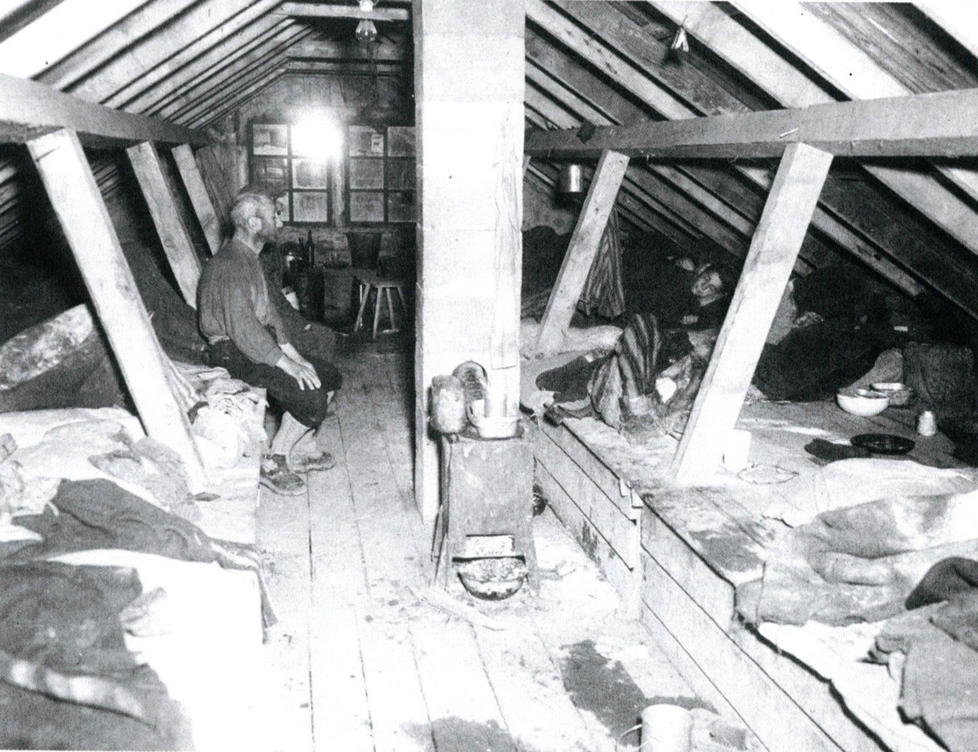 Cabaña de Kaufering fotografiada tras la liberación. La SS llenaba de prisioneros estas construcciobes infestadas de sabandijas